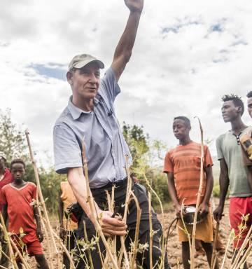 Con paciencia y respesto, se combinaron actividades de reforestación y ayuda humanitaria