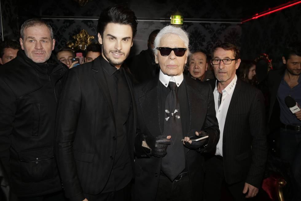Baptiste Giabiconi y Karl Lagerfeld, en París, en 2015.