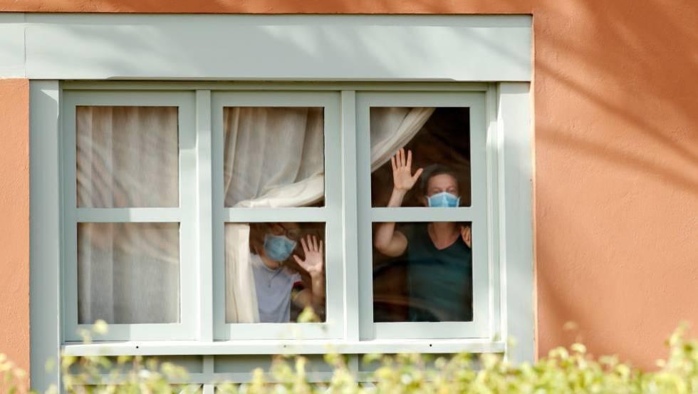 Varios turistas confinados en el hotel de Adeje, este miércoles.