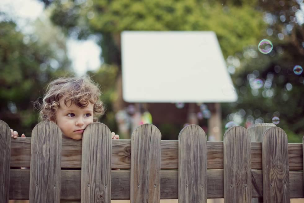 Un niño observa a la gente, mientras otros juegan y se divierten.