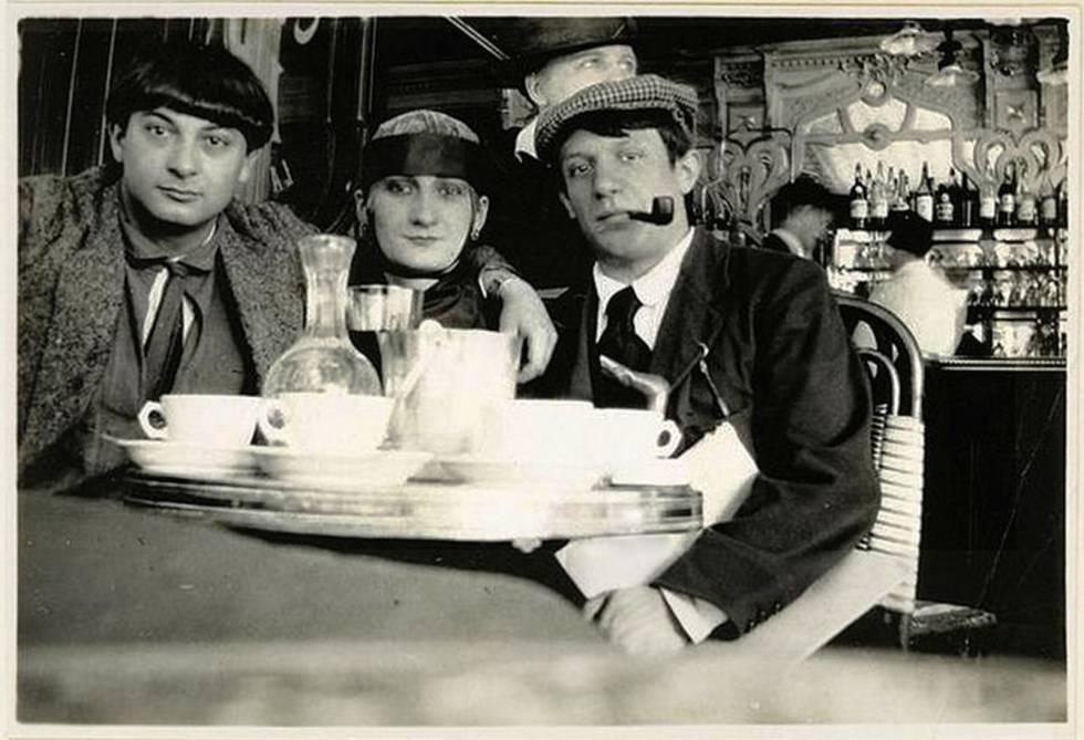 A la derecha el joven migrante Pablo Picasso junto con su colega polaco, Moïse Kisling y, en el medio, la actriz francesa Marguerite Jeanne Puech (Pâquerette) en un café de París (1916)