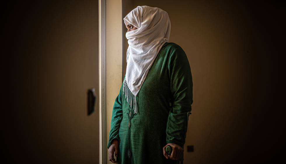 Drissiya, en su domicilio actual. Ella faenaba como temporera en Huelva desde 2009, pero la mañana del 7 de abril de 2019, en plena temporada de recolección, no pudo levantarse de la cama: Había sufrido un ictus.
