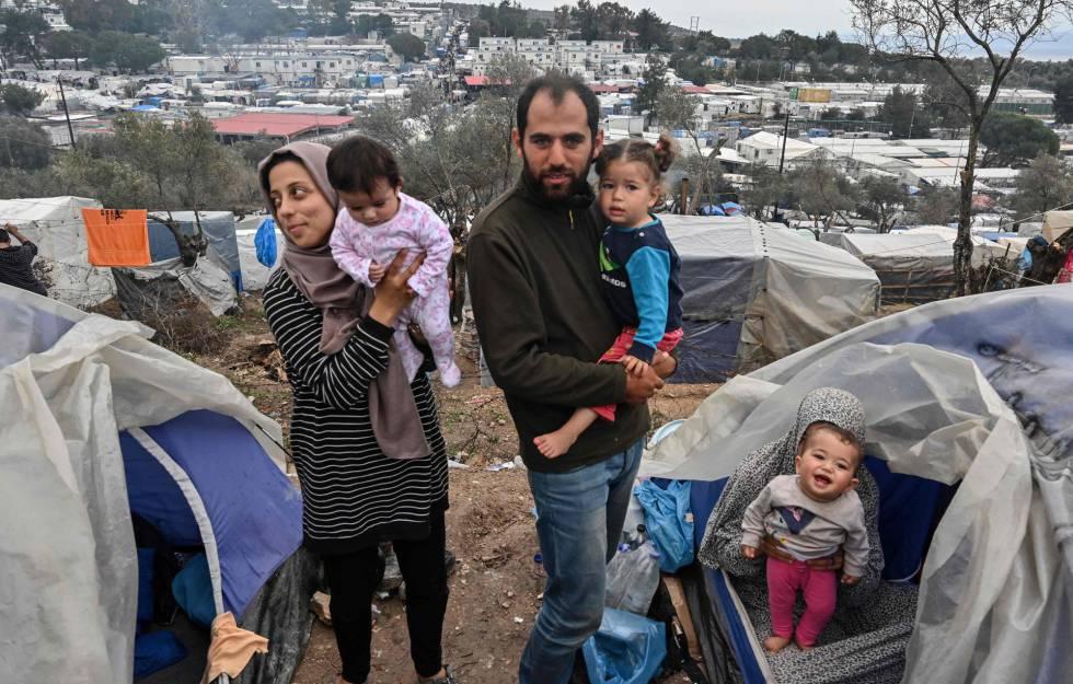 Dos familias sirias de Alepo e Idlib, en el hacinado campamento de Moria en la isla de Lesbos (Grecia), el pasado sábado.