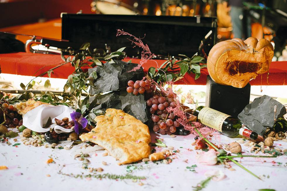 Restos de la cena de la noche anterior celebrada por el diseñador Clemens Telfar fornan parte de la escenografía de la pasarela.