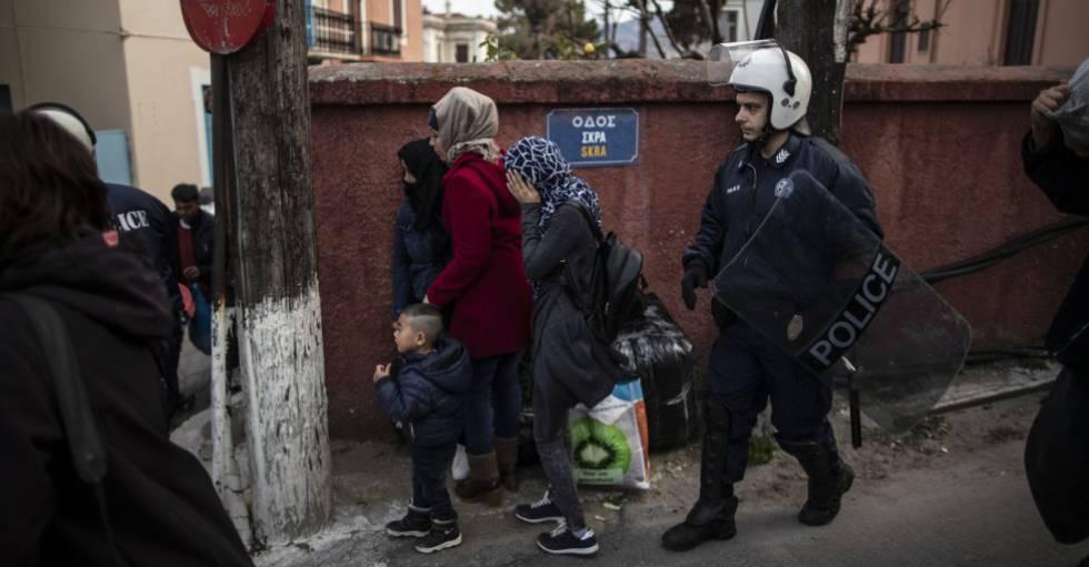 Un policia antidisturbios griego desaloja las inmediaciones del puerto de Mitelene, Lesbos.