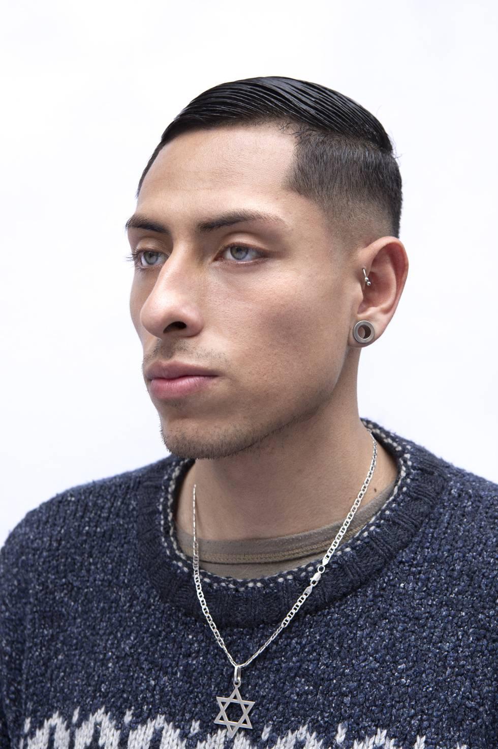 Retrato de uno de los clientes de la peluquería New York de Madrid.