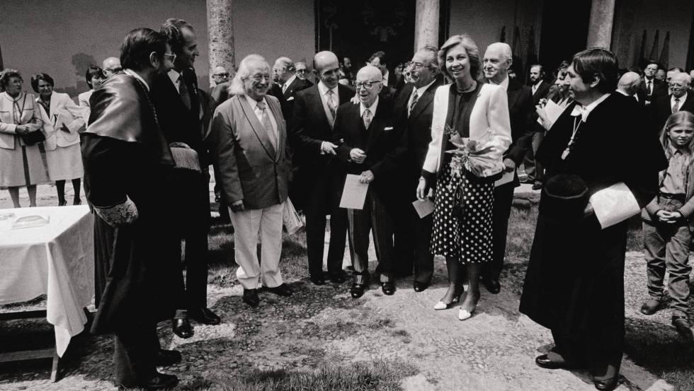 De izquierda a derecha: Javier Solana (ministro de Cultura), el Rey Juan Carlos I, Rafael Alberti, Jaime Salinas, Dámaso Alonso y Luis Rosales, la Reina Sofía, Pedro Lain Entralgo y Manuel Gala (rector de la Universidad de Alcalá), en la entrega del Premio Cervantes a Alberti en 1984.