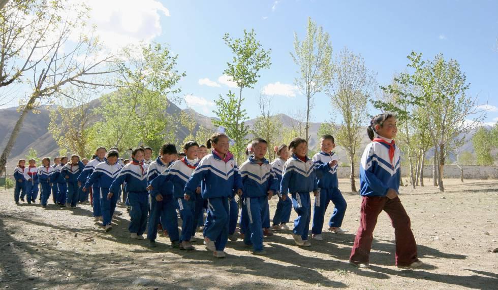 Un grupo de estudiantes desfila durante la ceremonia del izado de la bandera en un colegio de educación primaria de Lhasa en mayo de 2005.
