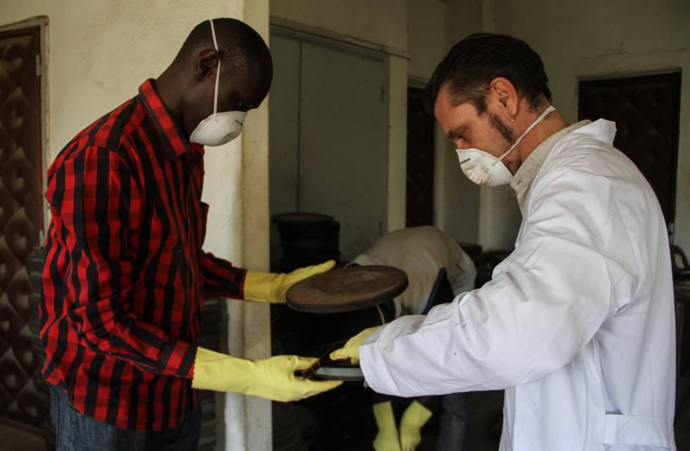 Dos trabajadores del laboratorio recuperan las películas encontradas.