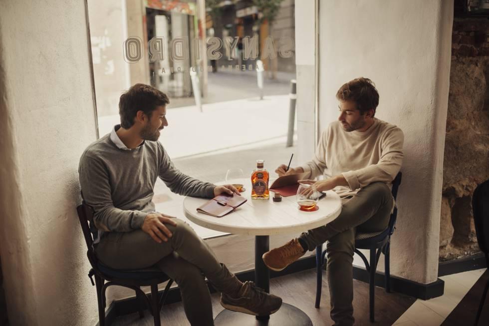 Kiko Requena y Miguel Sánchez, de Café Leather, firman junto a Cardhu esta edición especial. La excusa perfecta para seguir atesorando momentos con nuestros padres.