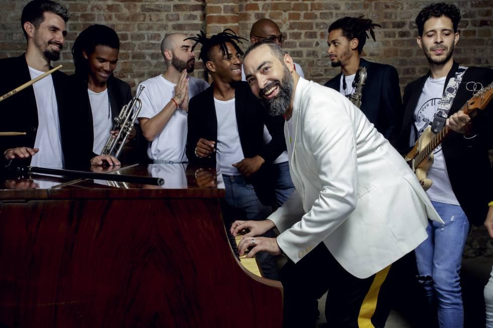 Alain Pérez, con alguno de los músicos que lo acompañan, en La Habana.