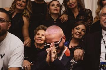 JBalvin, en su camerino tras recibir el Premio Lo Nuestro al icono mundial en Miami. Tras él, su madre, Albita, y su abuela.