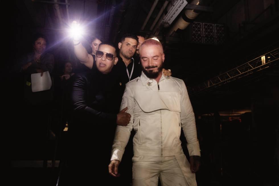 El papito del reguetón Daddy Yankee abraza a JBalvin tras entregarle el Premio Lo Nuestro al icono mundial en Miami.