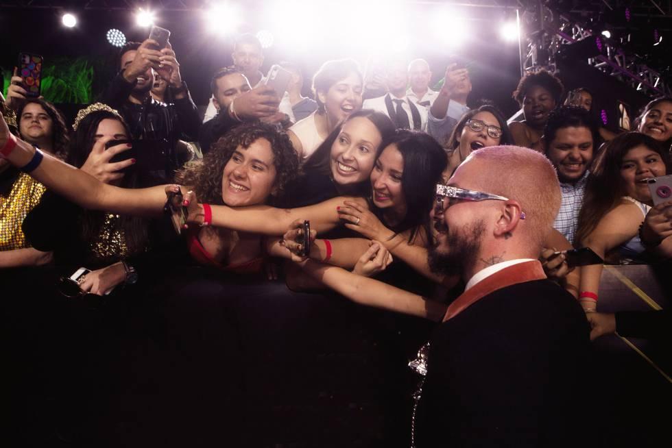 J Balvin, rodeado de fans en la alfombra roja de la gala del Premio Lo Nuestro en Miami.