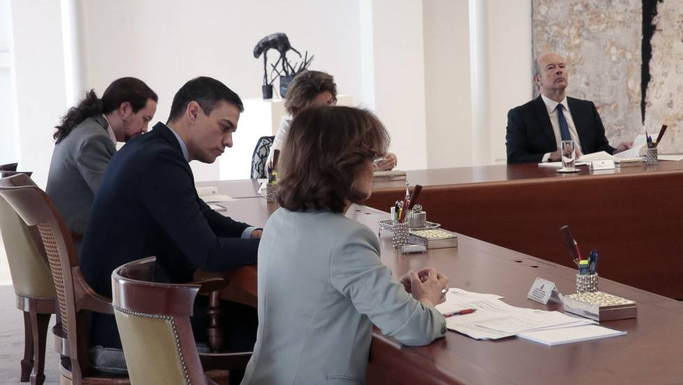 Pedro Sánchez ayer en el Consejo de ministros para aprobar el decreto que declara el estado de alarma.