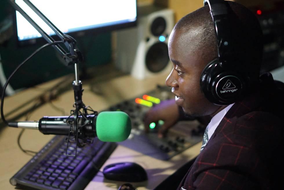 Rodrick Mwale grabando el programa de radio desde el estudio de YONECO FM en Zomba.