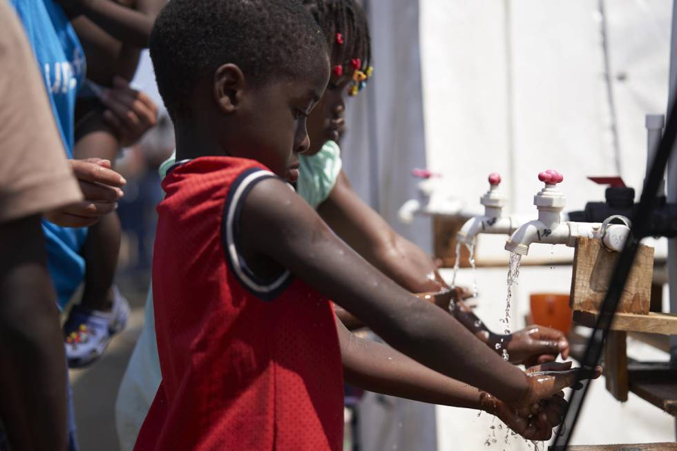 Un grupo de niños se lavan las manos en las instalaciones de Unicef en La Peñita.
