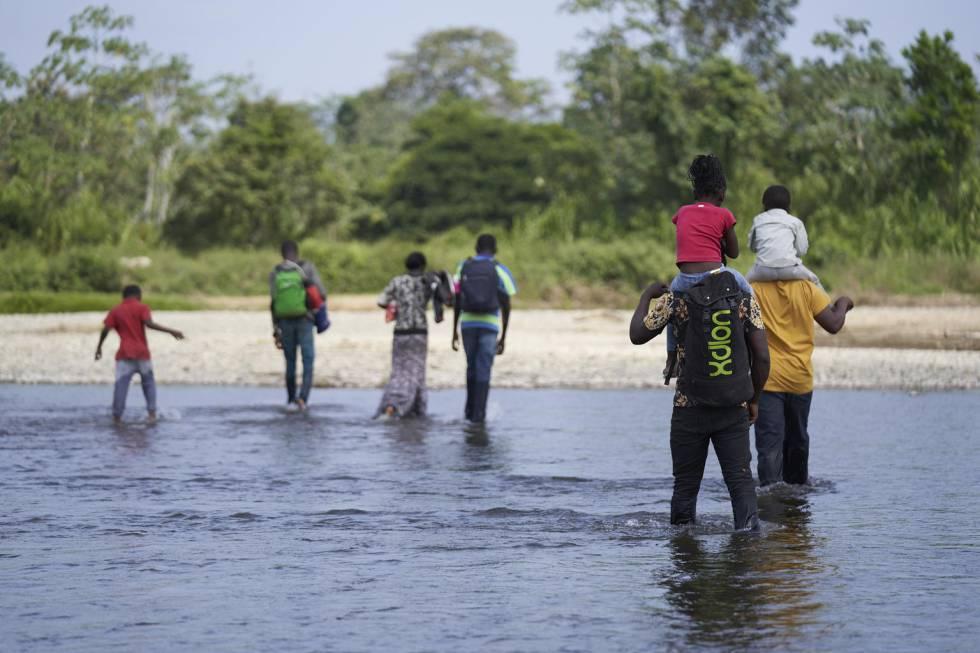 La familia angoleña de Romeu y Kulutwe cruzando el río Turquesa, tras siete días de travesía.