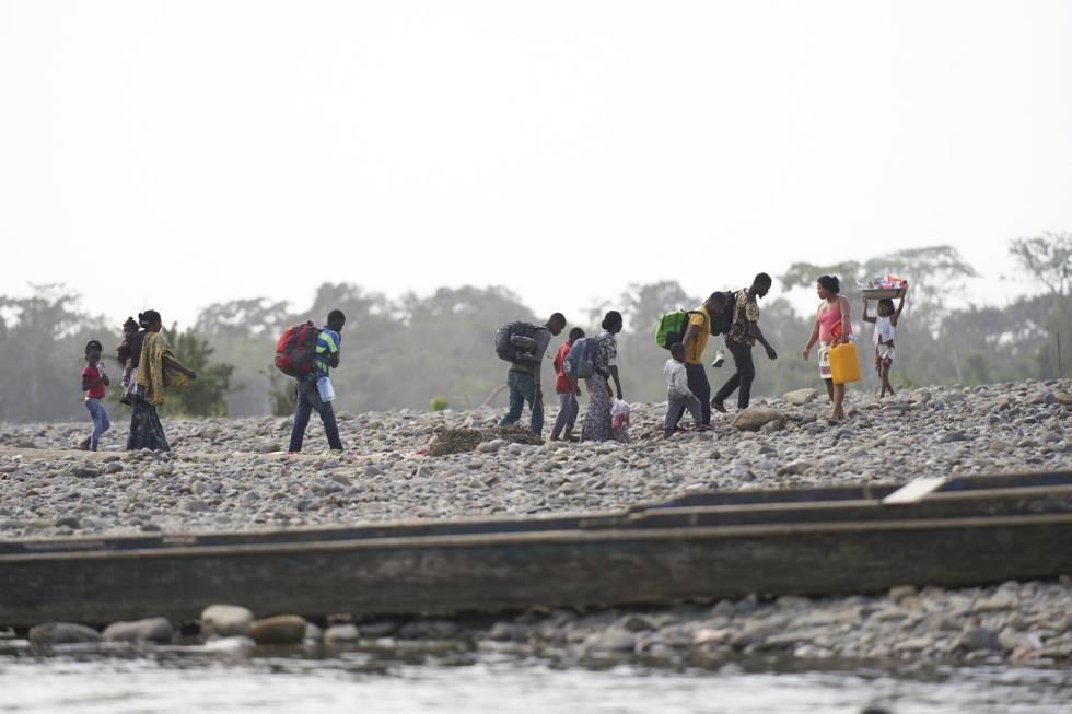 Janete y su familia, cruzando el rio en Bajo Chiquito.