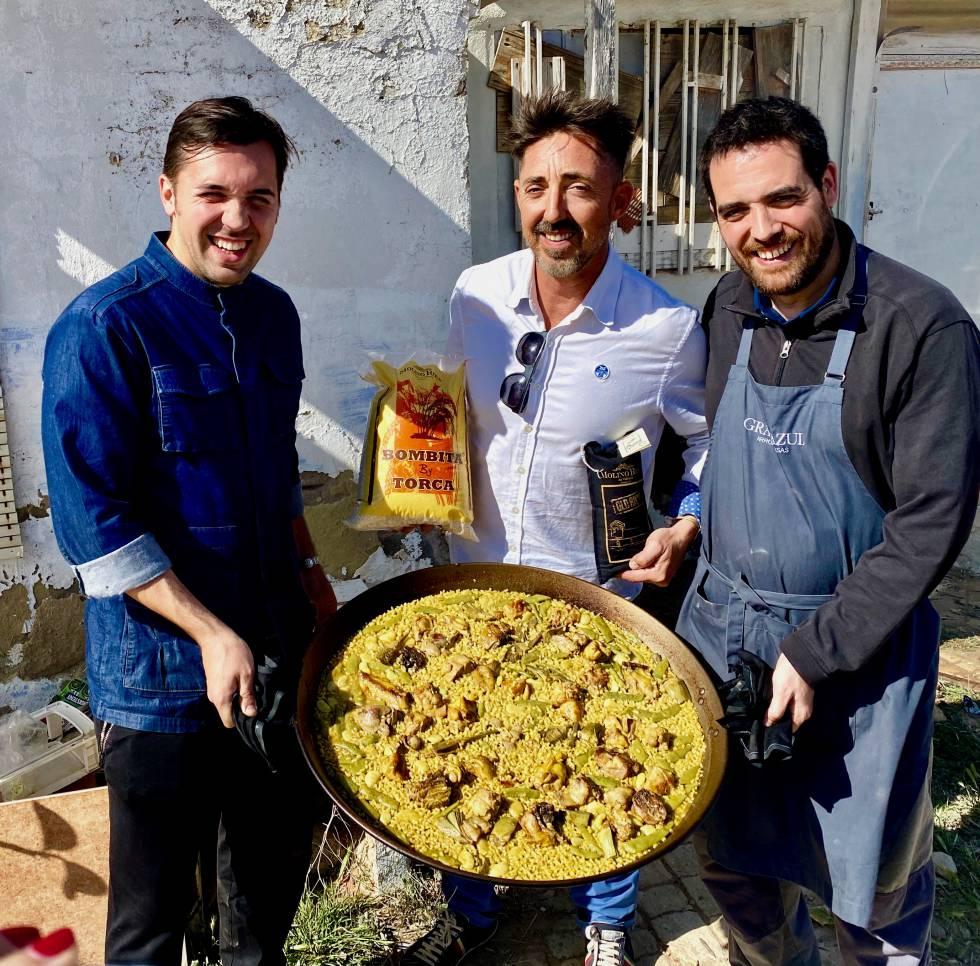 Los cocineros Abraham Brandez y Héctor González, junto con el arrocero Eduardo Torres.