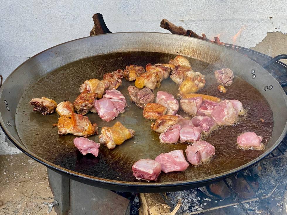 Fritura del pollo y el conejo.