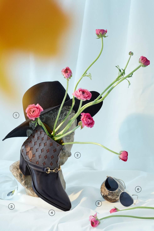 1. Sombrero negro de ala ancha de Ami. 2, 3 y 5. Busto, bola de cristal y bola de piedra, todo de Indietro. 4. Botín de piel con aplique dorado de Gucci. 6. Gafas de sol con montura transparente de Carrera.