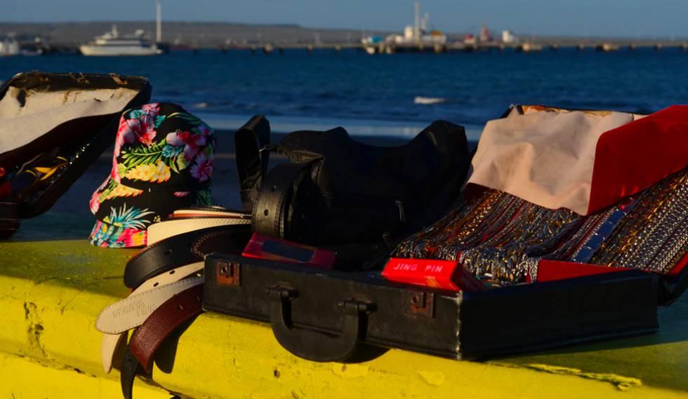 Algunos senegaleses eligen la costa patagónica para vender sus productos en verano.