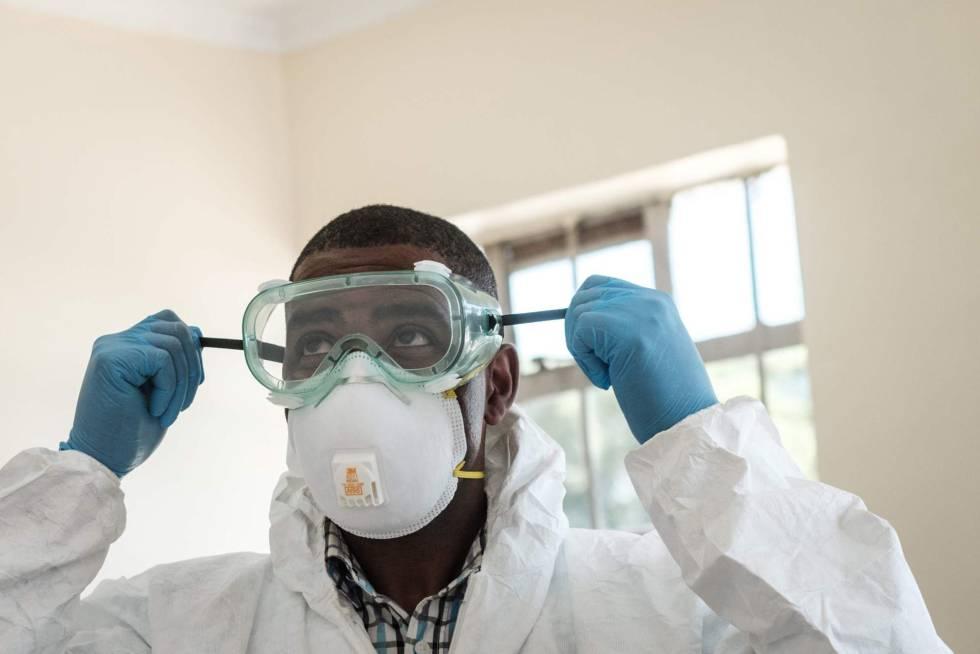 Un especialista de laboratorio se prepara para visitar la sala para personas en cuarentena que tuvieron contacto con el primer paciente keniano de la Covid-19 en la Unidad de Enfermedades Infecciosas del Hospital Nacional Kenyatta en Nairobi, Kenia.