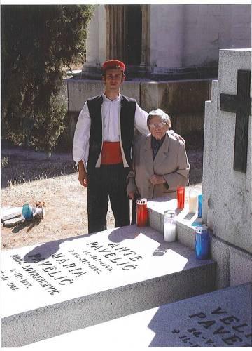 Visnja Pavelic, con un joven croata, ante la tumba de su padre en el cementerio de San Isidro, Madrid.