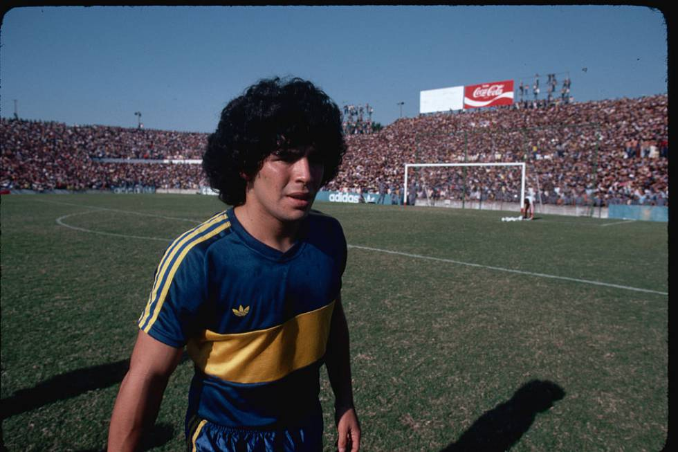 Diego Armando Maradona, uno de los futbolistas más famosos del mundo durante los ochenta, si no el más famoso, fotografiado durante un partido en marzo de 1981.