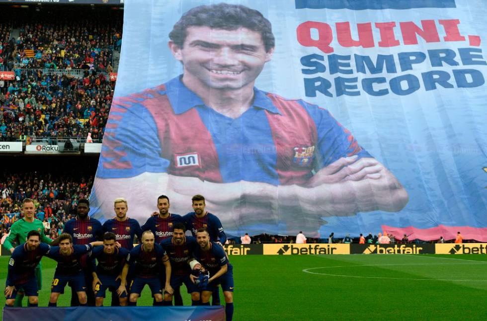 Los jugadores del Barcelona posan frente a una pancarta gigante en memoria del exfutbolista español Enrique Castro