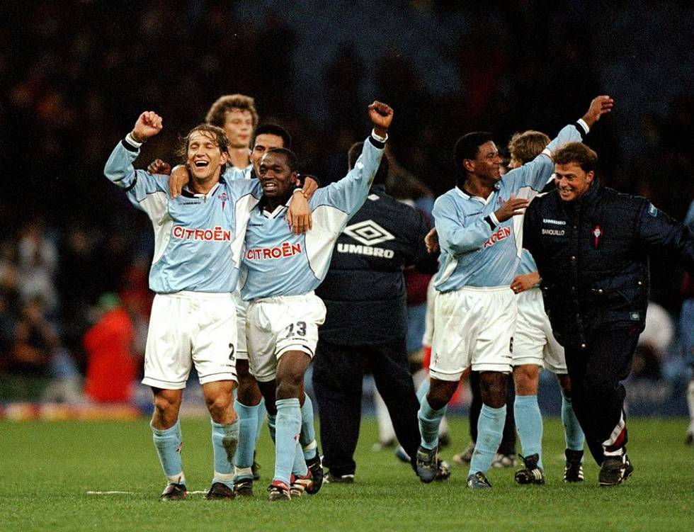 El Celta de Vigo celebra la victoria en un partido contra el Aston Villa en Birmingham en 1998.