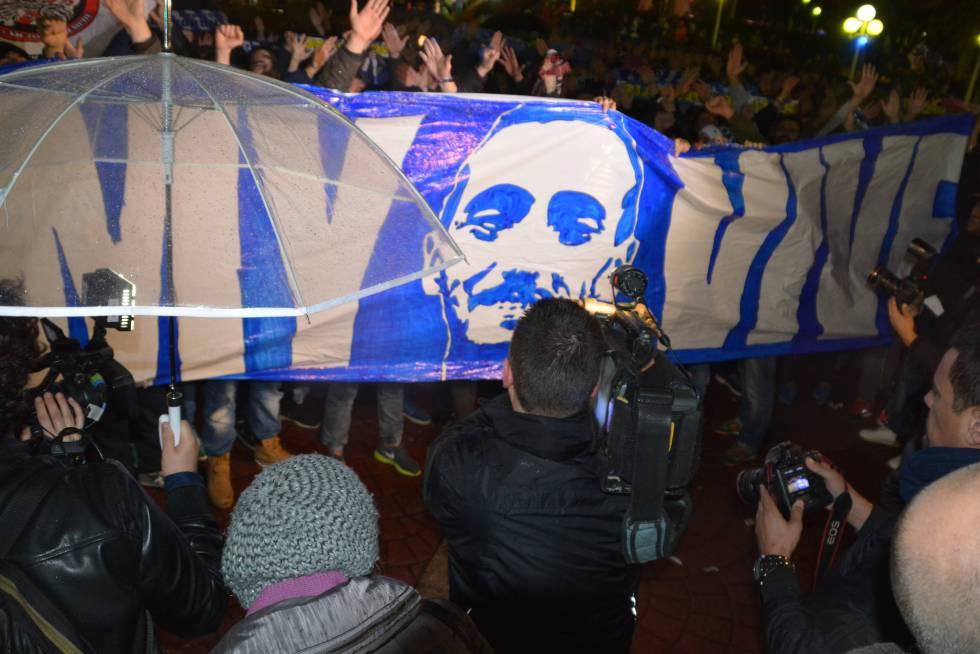 Los Riazor Blues muestran una pancarta en la que se lee