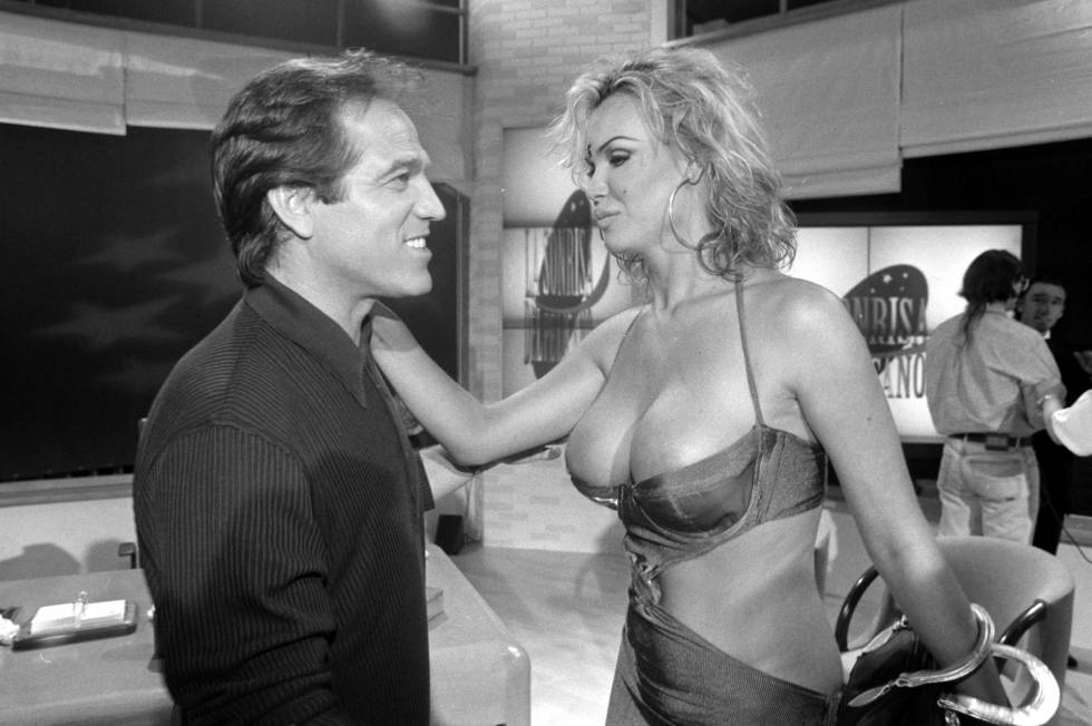 Pepe Navarro y Cristina Ortiz en el plató de 'La sonrisa del pelícano' en 1997