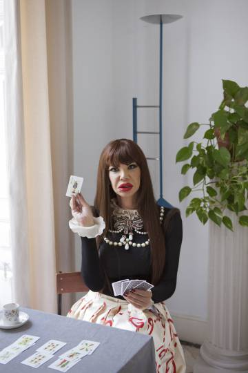 """Cristina Ortiz, poco antes de morir, con la sota de bastos en la mano, """"la puta"""", como apuntó en aquella sesión fotográfica de Luis Venegas para 'Candy Magazine' con estilismo de Alicia Padrón."""