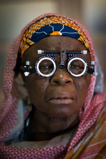 Una de las especialidades sanitarias que se lleva a cabo es el reparto de gafas graduadas para personas que han perdido la capacidad de realizar actividades básicas como leer. En la imagen, una vecina de Foumban en el momento en que le están graduando la vista.