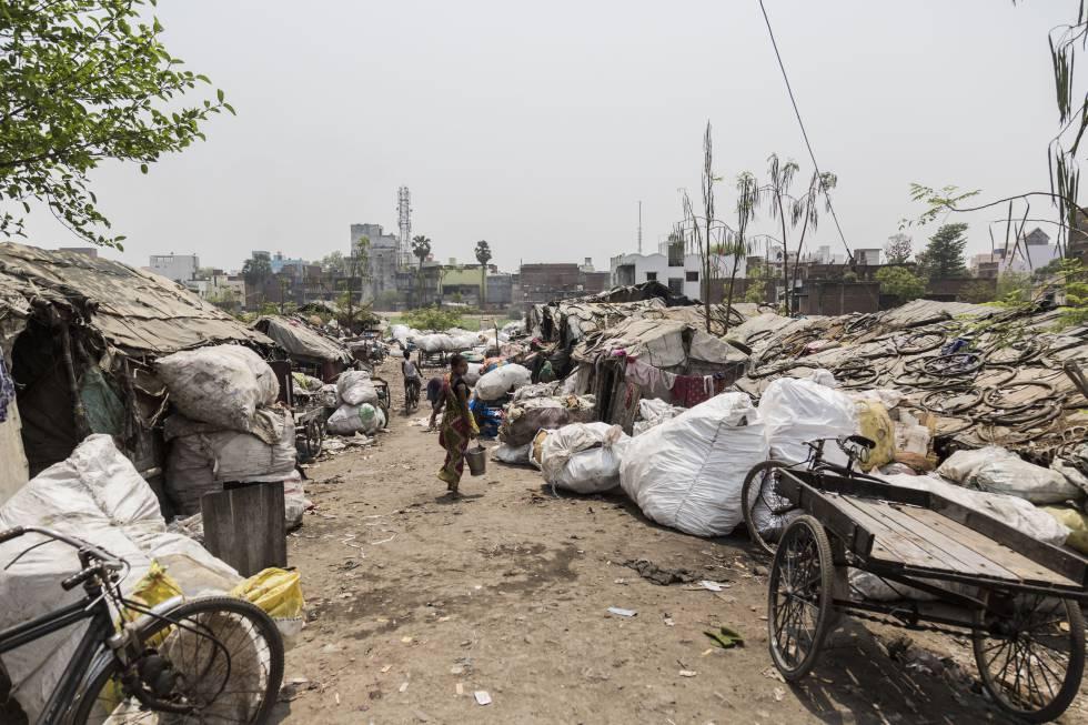 Vista general de un 'slum' a las afueras de Varanasi.
