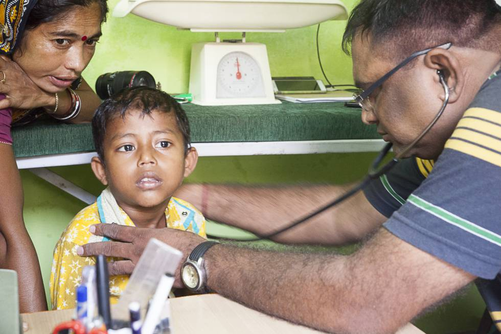 Consulta médica en las instalaciones de la ONG Semilla para el Cambio en Varanasi.