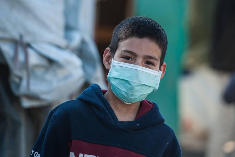 Un niño que vive en el campo de refugiados de Moria, con mascarilla.