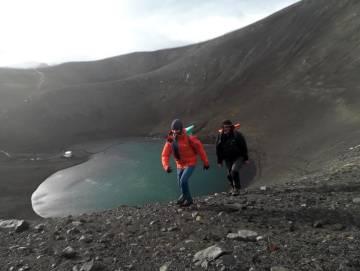Luis Pertierra y Pablo Escribano, en Isla Decepción (Antártida)