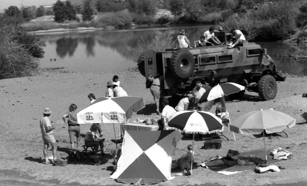 Las familias de los reclutas militares sudafricanos hacen un picnic en el río Cunene cerca de la frontera con Angola en 1987.