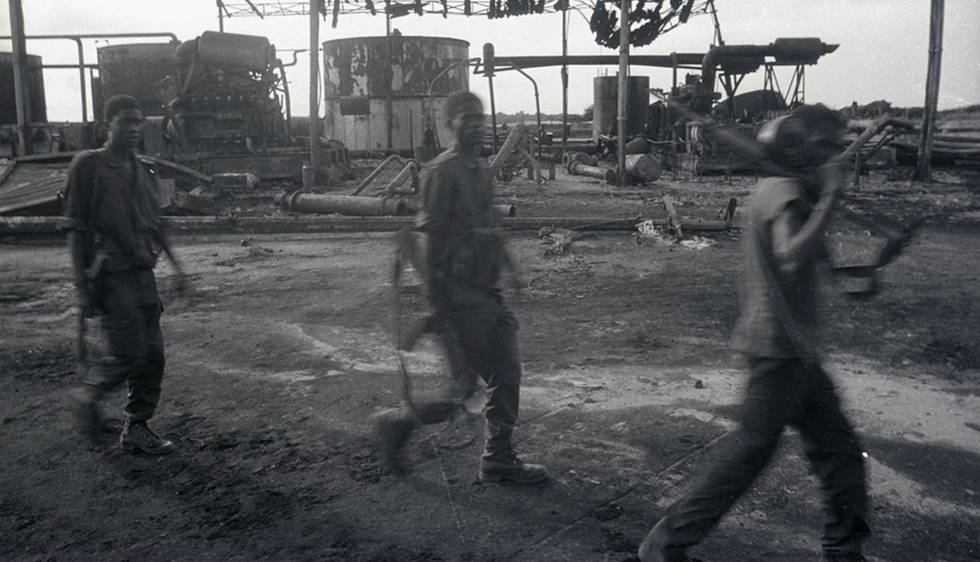 Días oscuros en Soyo. Las fuerzas del MPLA patrullan las instalaciones petroleras en Soyo, Cabinda, después de su recuperación de la UNITA en 1994.