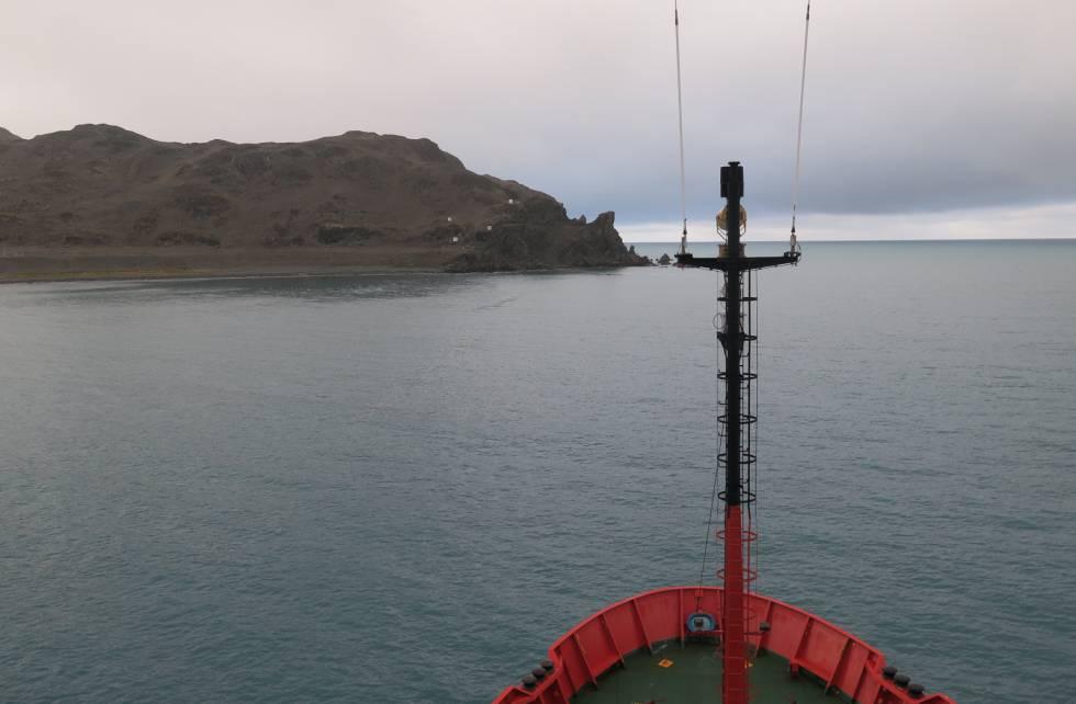 El 'Hespérides', saliendo de isla Decepción, en la Antártida.