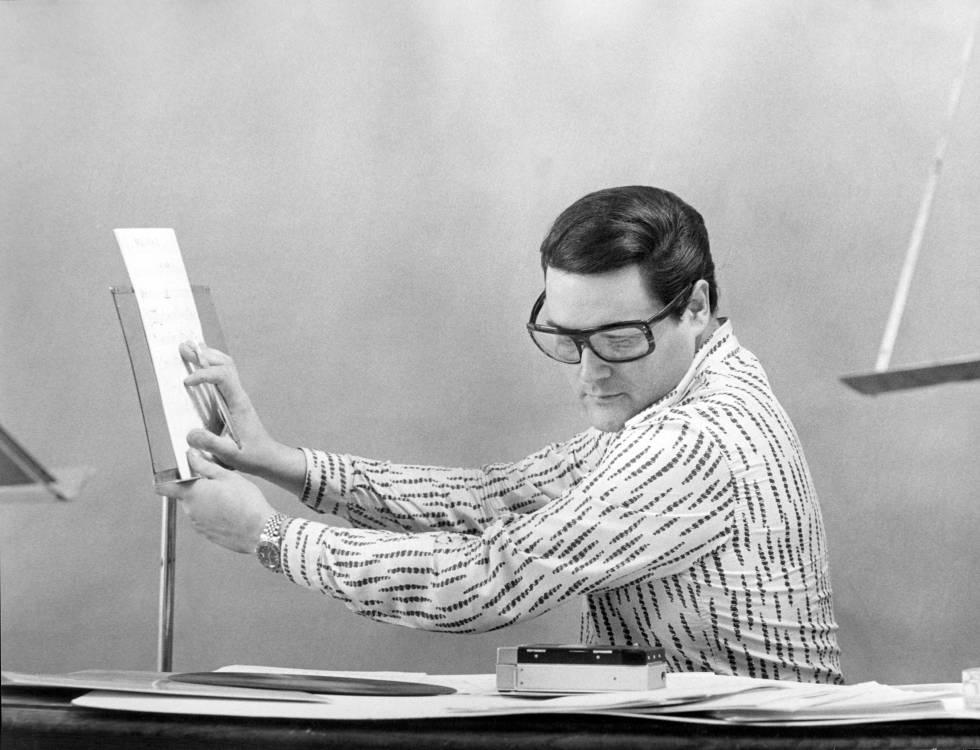 Waldo de los Ríos, en el transcurso de un ensayo en los estudios de la discográfica Hispavox en Madrid.