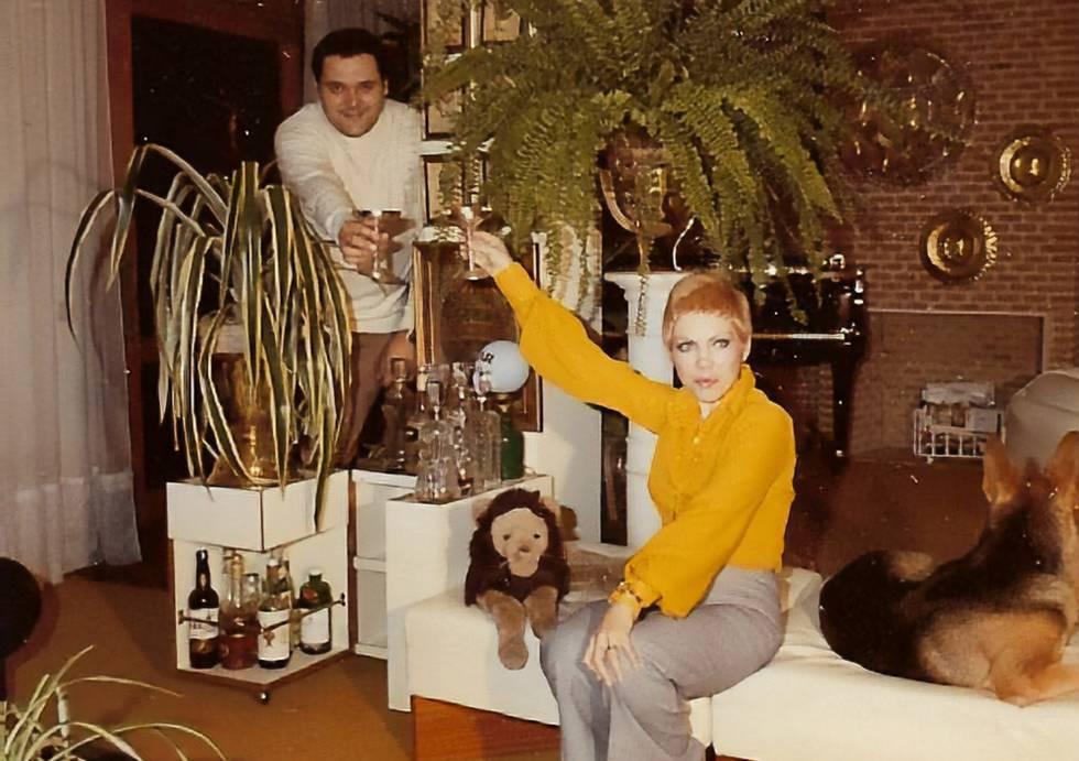 Waldo de los Ríos y su mujer, Isabel Pisano, en su casa de Madrid en los años 70.