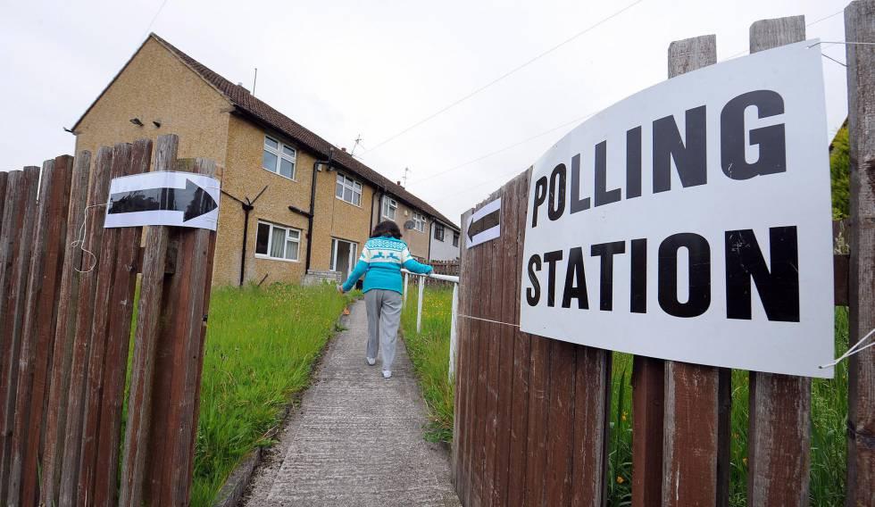 Una mujer se dirige a su colegio electoral a las afueras de Burnley para decirle a la UE que se va con chándal puesto
