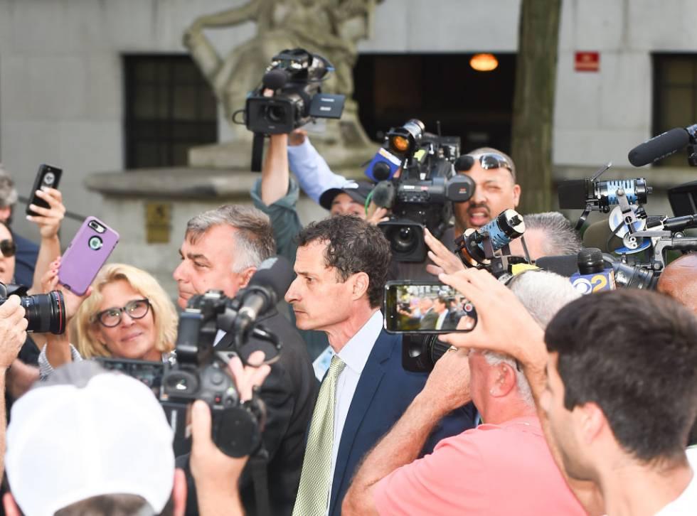 Anthony Weiner, rodeado de cámaras, llega al juzgado en Nueva York en septiembre de 2017.