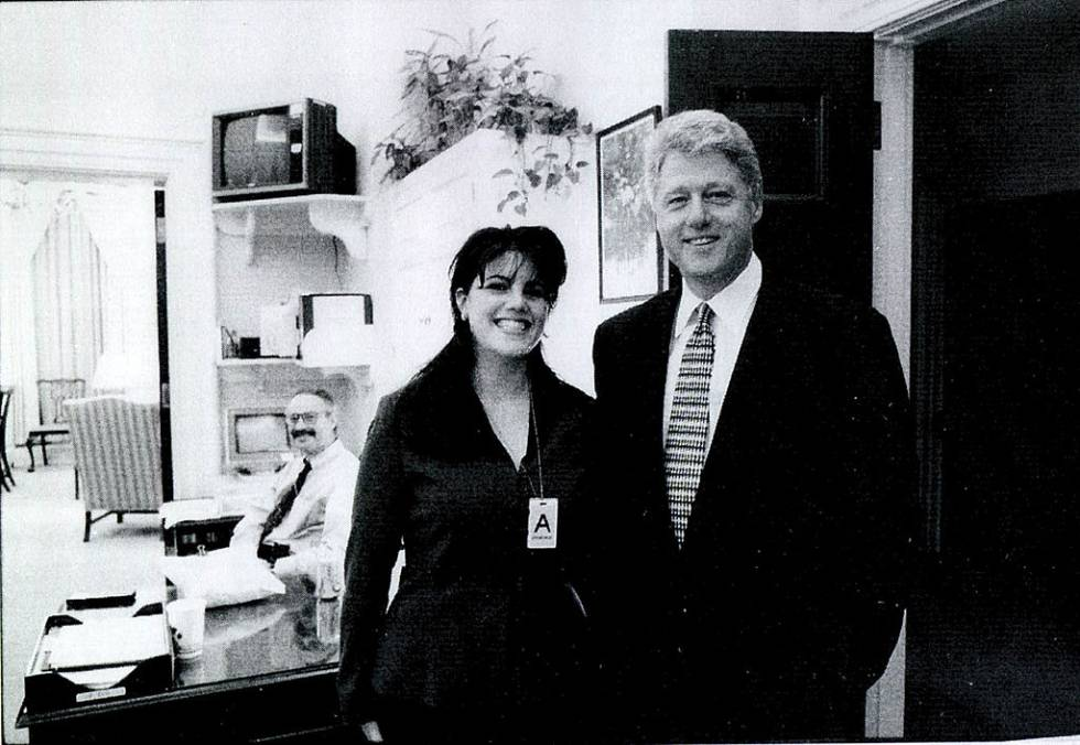 Fotografía de Monica Lewinsky y Bill Clinton en la Casa Blanca tomada a mediados de los años noventa.