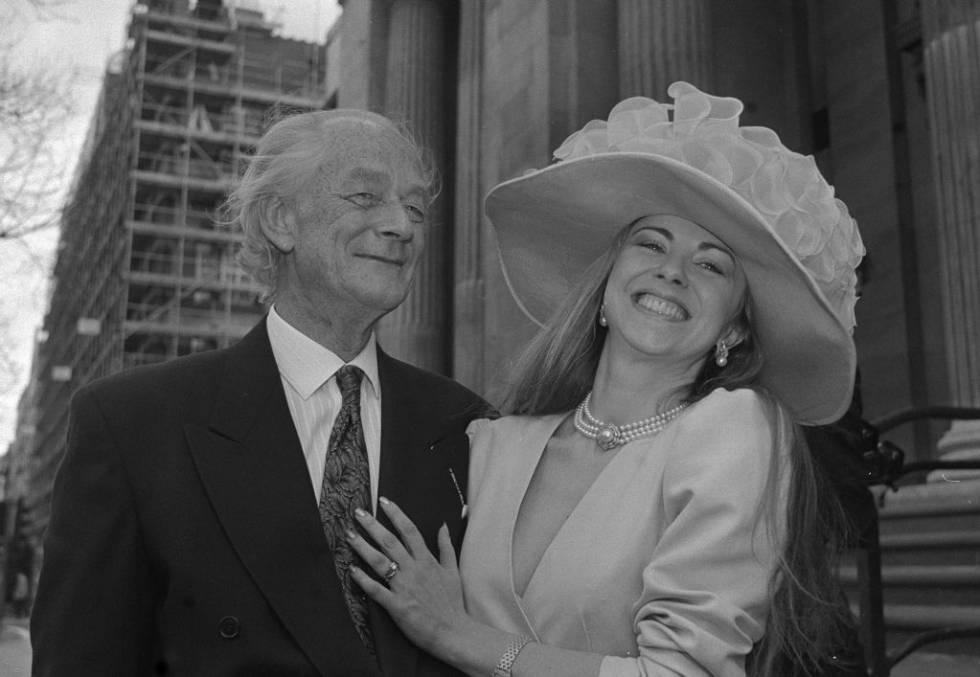 El político británico Sir Anthony Buck con Bienvenida Pérez tras su boda en St Marylebone, Londres, en 1990.