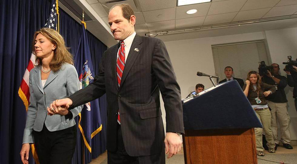El gobernador de Nueva York Eliot Spitzer y su esposa Silda Wall Spitzer abandonan una sala de conferencias después de que él ofreciese una disculpa pública al ser relacionado con un negocio de prostitución en marzo de 2008.